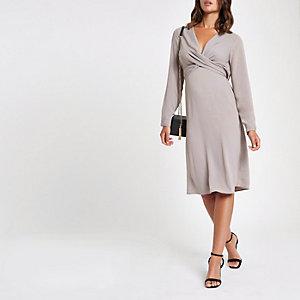 Grijze midi-jurk met overslag en V-hals