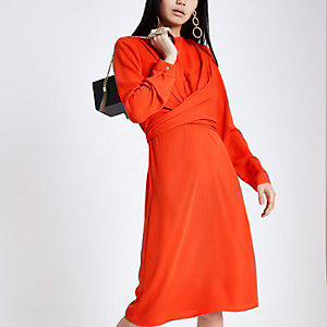 Rode midi-jurk met overslag in de taille