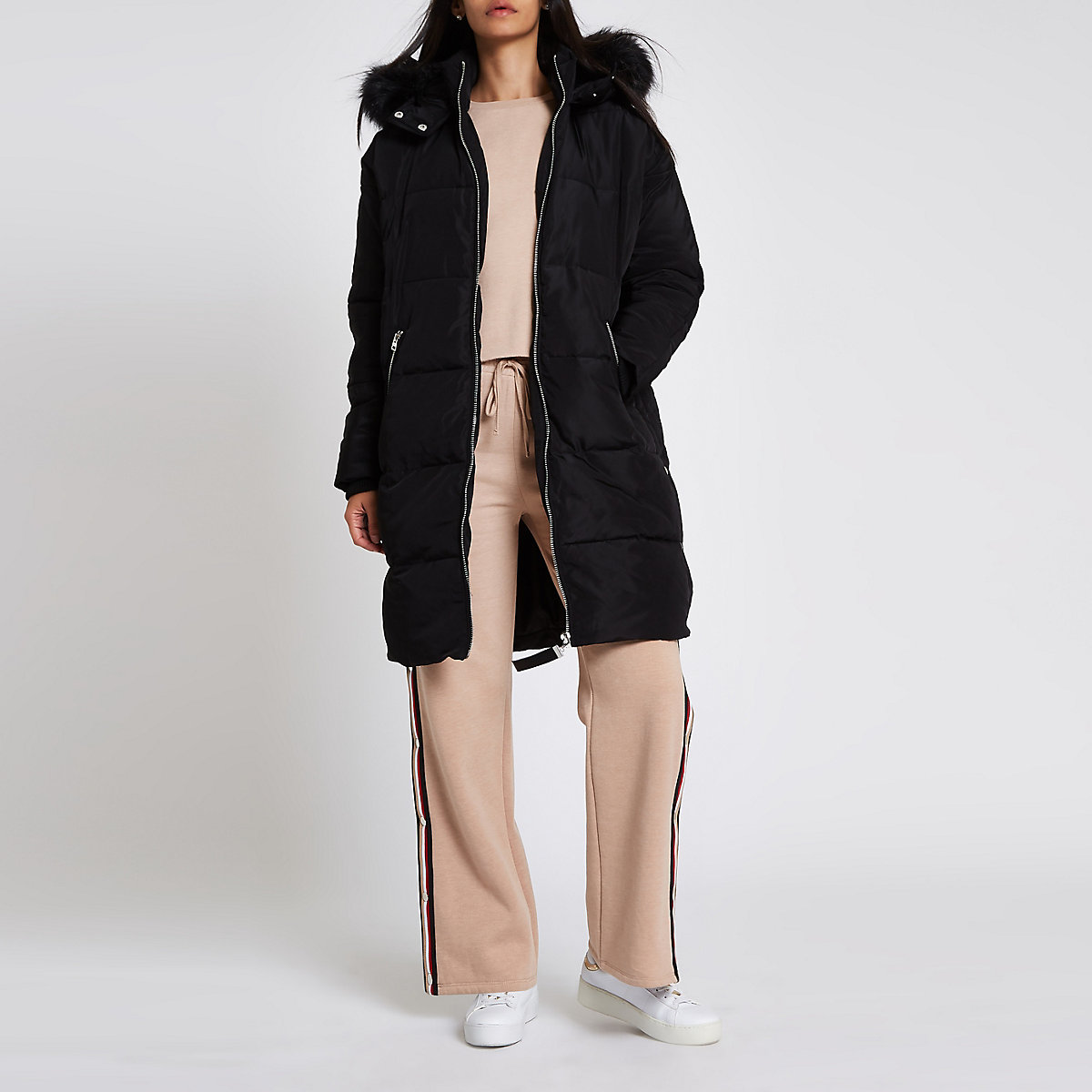 Zwarte lange gewatteerde jas met rand van imitatiebont