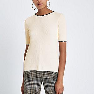 Crème geribbeld T-shirt met contrasterend randje en ruches