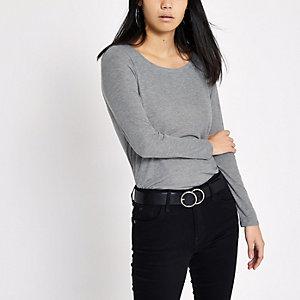 Graues, langärmliges T-Shirt mit U-Ausschnitt