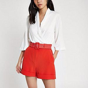 Short rouge avec ceinture et coutures contrastantes