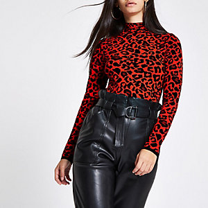Roter Rollkragenpullover mit Leopardenmuster
