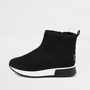 Schwarze Sneaker mit Kunstfellbesatz