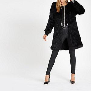 Schwarzer Mantel mit Kunstfell