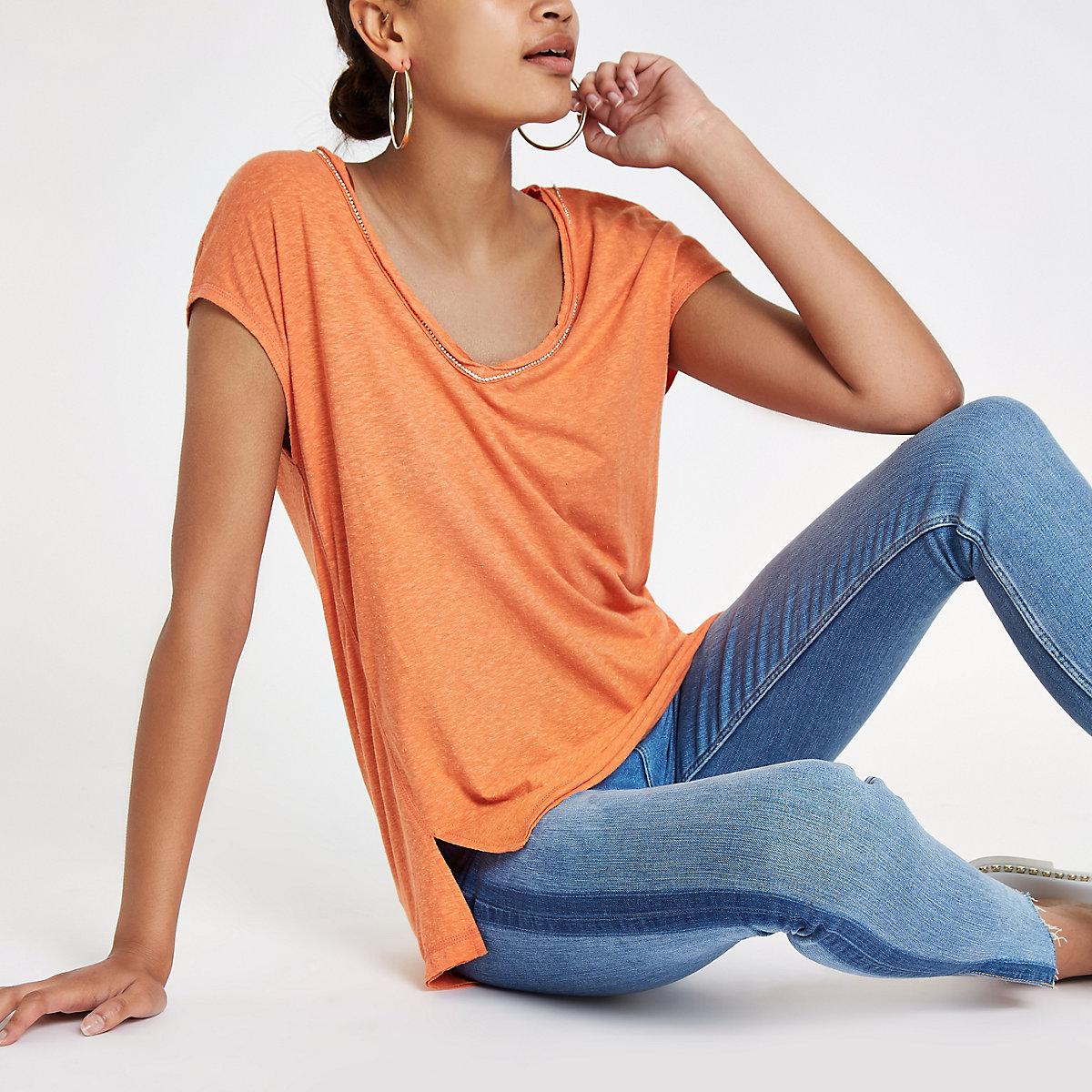 T-shirt orange avec encolure ornée de strass
