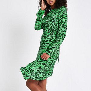Robe mi-longue imprimé léopard verte croisée sur le devant