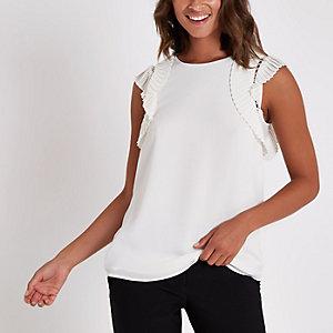 Witte top met geplooide schouders