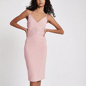 Robe mi-longue ajustée rose clair avec empiècement en dentelle