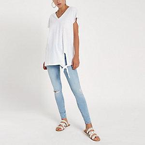 Wit T-shirt met V-hals en knoop opzij