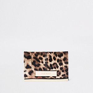 Braunes Kartenetui mit Leopardenprint