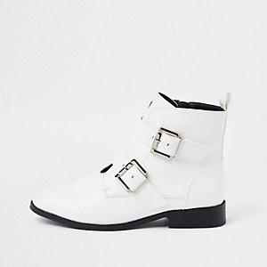 Weiße Biker-Stiefel mit weiter Passform