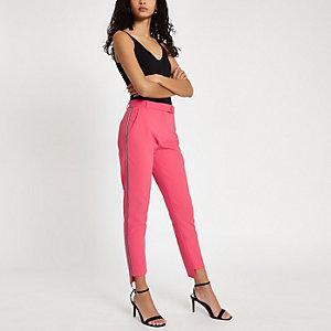 Roze smaltoelopende broek met bies op de zijkant