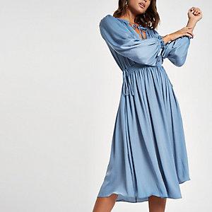 Blauwe gesmokte midi-jurk met strik bij de hals