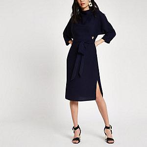 Marineblauwe midi-jurk met ceintuur en oogjes