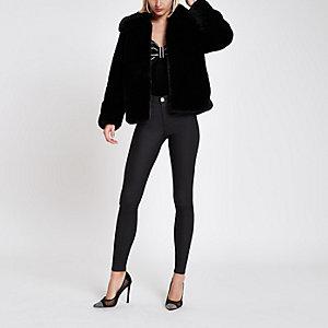Schwarzer, flauschiger Mantel aus Kunstfell