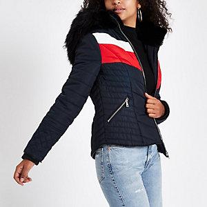 Marineblauwe gewatteerde jas met capuchon, imitatiebont en zigzagprint