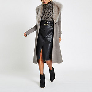 Manteau peignoir en daim gris à ceinture avec fausse fourrure