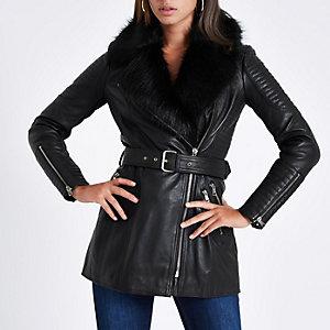 Manteau en cuir noir à ceinture avec fausse fourrure