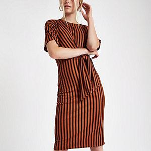 Rode geribbelde midi-jurk met strepen en strik voor