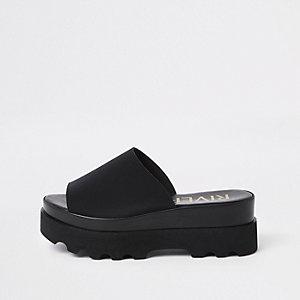 Sandales à enfiler noires à semelle épaisse