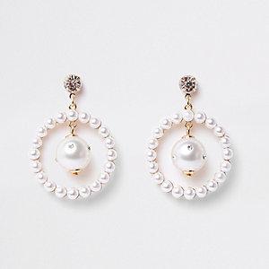 Goldene Creolen mit Perle