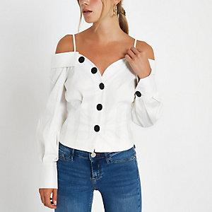 Wit aansluitend overhemd in bardotstijl met knopen voor
