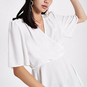 Aansluitende witte blouse met overslag en korte mouwen