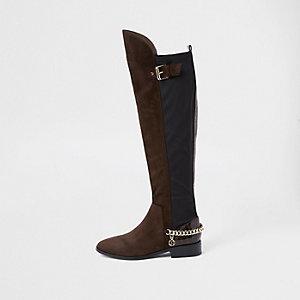 Donkerbruine over-de-knie-laarzen met brede pasvorm en ketting