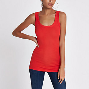 Rood hemdje met brede banden en lage hals