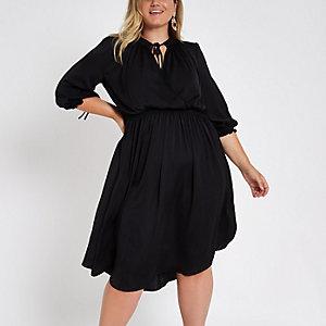 Plus – Schwarzes Swing-Kleid mit gesmokter Taille