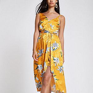 Robe mi-longue à fleurs jaune nouée à la taille