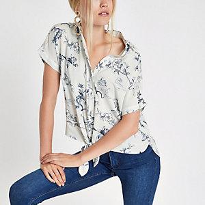 Chemise bleu à imprimé oriental nouée sur le devant