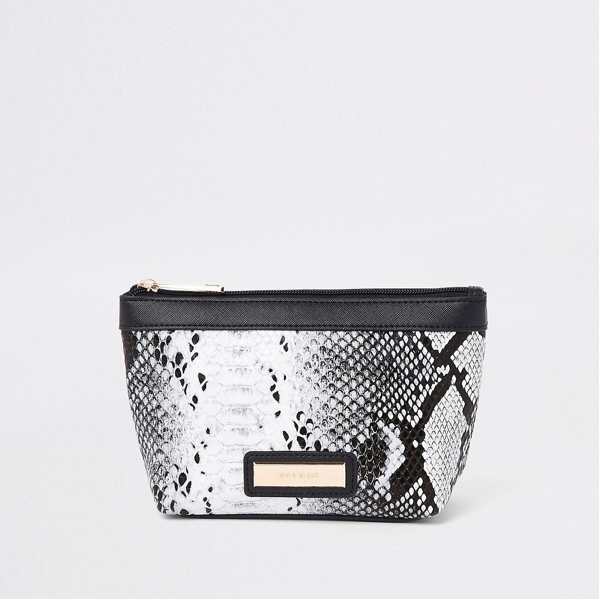 Zwarte met metallic make-uptas met slangenprint