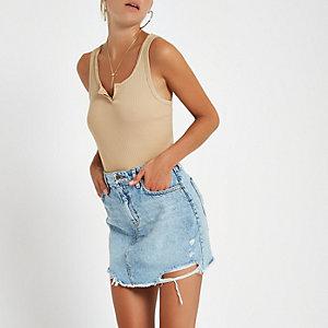 Blauwe denim mini-rok met gescheurde zoom