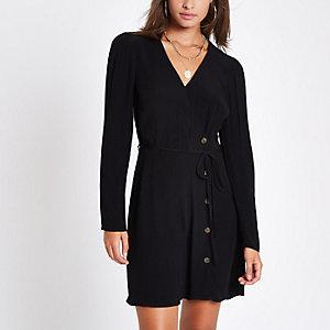 Mini-robe noire à boutons sur le côté et taille nouée
