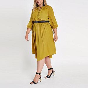 Plus – Robe trapèze jaune froncée à la taille
