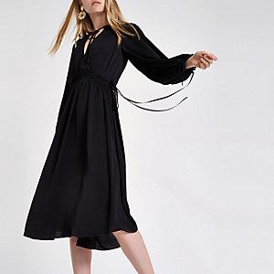 Robe mi-longue noire à smocks froncée à la taille