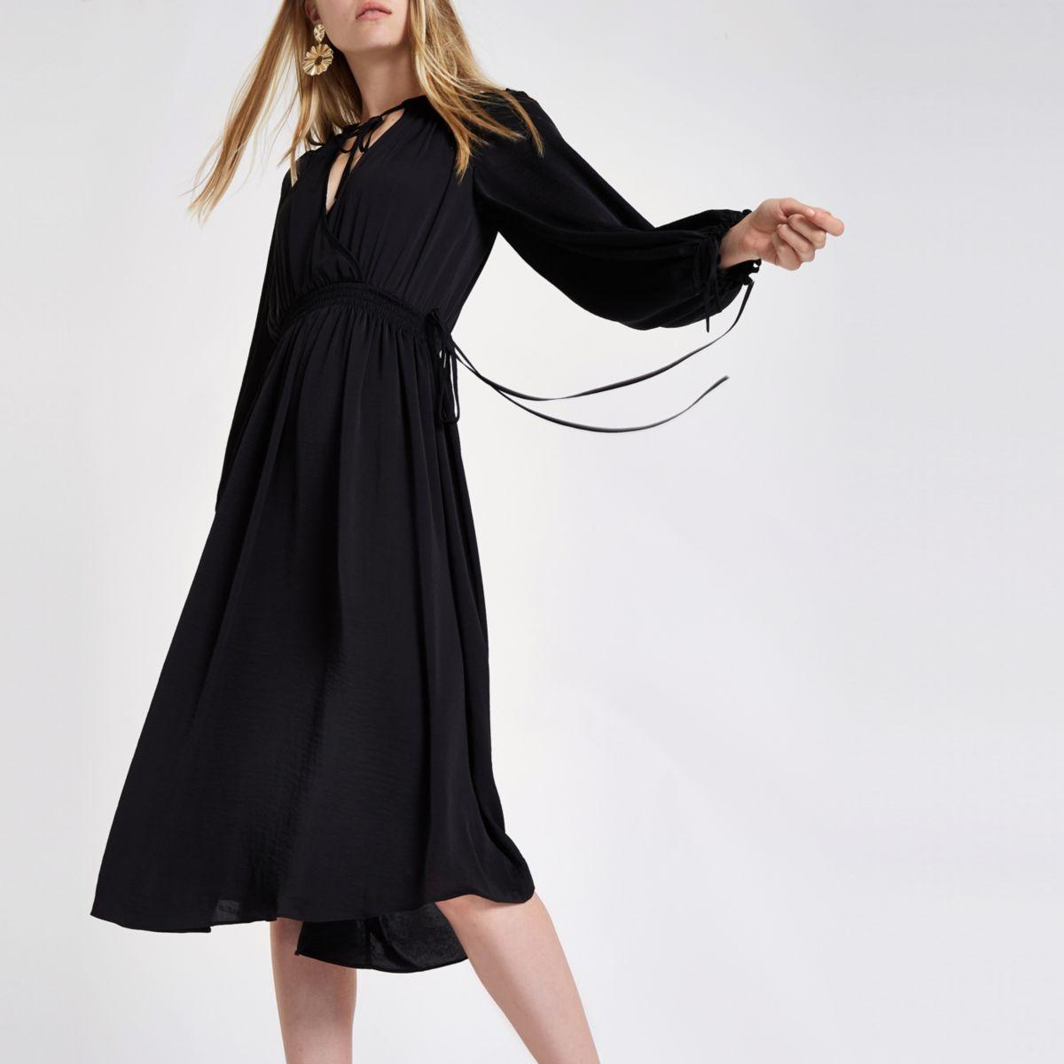 Zwarte aangerimpende midi-jurk met gesmokte taille