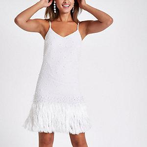 Robe blanche à franges ornée de perles