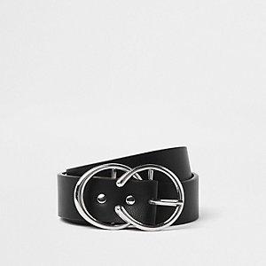 Zwarte riem met zilverkleurige hoefijzervormige gesp