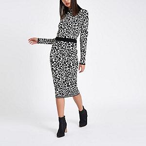 Jupe mi-longue en maille léopard grise