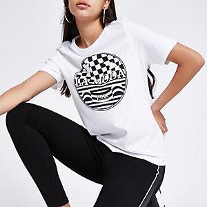 """Weißes, figurbetontes T-Shirt mit """"La moda""""-Print"""