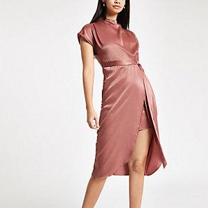 Robe mi-longue en satin rose clair nouée à la taille