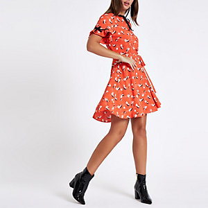 Rode fluwelen midi-jurk met bies, print en strikceintuur