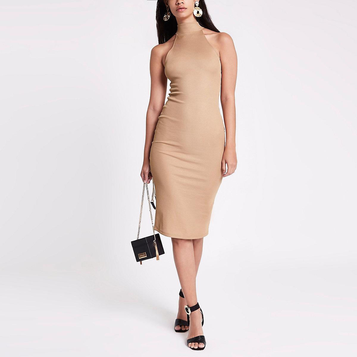 Mini-robe moulante beige à dos nu et découpes