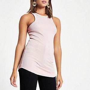 Lichtroze geribbeld hemdje met grote armsgaten