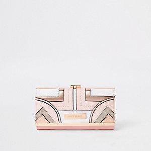 Lichtroze portemonnee met druksluiting, uitsnede en paneel met geometrische print