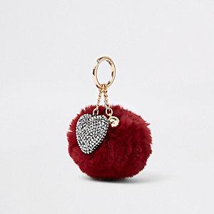Donkerrode sleutelhanger met imitatiebont, pompon en hartbedeltje