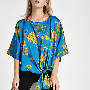 RI Petite - Blauwe gebloemde blouse met strik voor